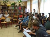 Wspólne czytanie klas I i VII w Bibliotece szkolnej